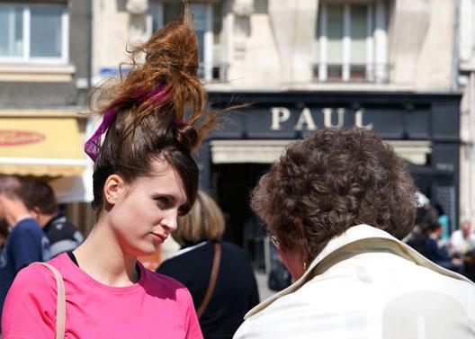 Nous avons retrouv des photos de cette femme lors d un for Salon o coiffure reims